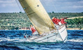 POWERBOATS VS. SAILBOATS: HOW DO YOU LEAD?